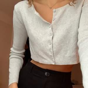 Ljusgrå, cropped kofta/tröja i storlek XS/S. Den är aldrig använt och i toppenskick!💕