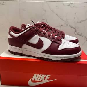Säljer dessa snygga Nike Dunk Low i strl 38 i vinröd färg. Skorna är oanvända och helt nya. Kvittot inkluderas vid inköp. Kan fraktas eller hämtas i Falkenberg.