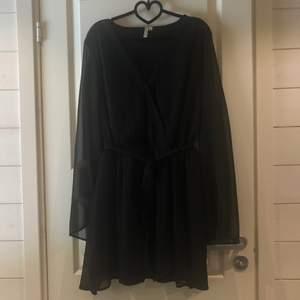 Svart klänning från NLY Trend  med vida ärmar och resår i midjan, använd en gång. Strl 42 🖤