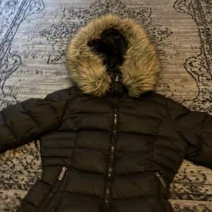 En rock and blue jacka med fake päls stl 34 säljer pågrund av att jag har köpt en annan jacka