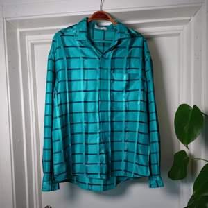 Turkos vintage-skjortblus i lite glansigt material! Ingen storleksmärkning men bör vara M/L🍀