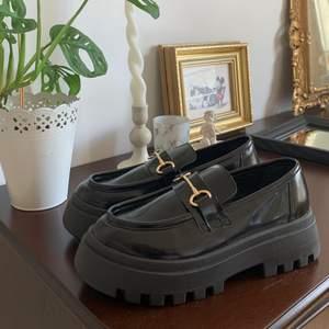 Svarta loafers köpta från ASOS, endast provade hemma. Säljer pga mina fötter inte passade helt. Har vanligtvis 36.5 så de är nog därför🤍Väldigt bekväma annars🥳 köpta för 379kr