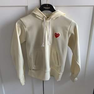 hoodie från cdg som har en vitgul färg!! Storlek S och den är väldigt true to size. Köpt på NK i gbg och har använts väldigt sparsamt ☺️