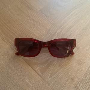Mörkröda Solglasögon från Sunbuddies. Endast använd ett par gånger. Hög kvalité. Nypris 1400kr.