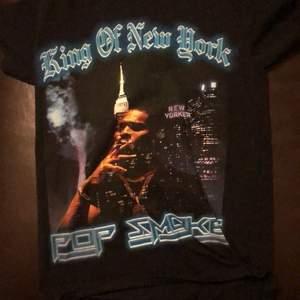 aldrig använd pop smoke T-shirt från riktiga pop smoke hemsidan i storlek small den är nu slutsåld och jag hitta den bara på stock x, tar gärna emot seriösa bud men inga byten tack