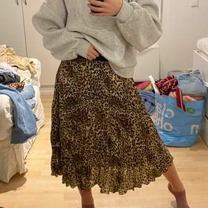 Fin plisserad leopardkjol från H&M! Kjolen är storlek 38 och säljer den för 100kr!