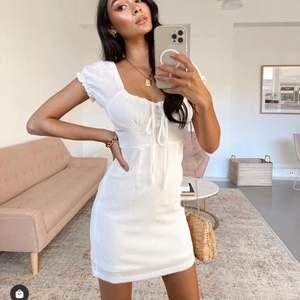 Köpte denna fina klänningen till studenten, men den kommer tyvärr inte komma till användning. Beställd från sundae Muse helt ny och oanvänd! Jätte fin passform med fina detaljer. Bilden är tagen från deras hemsida men skickar mer bilder vid intresse!
