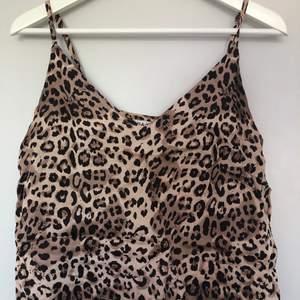 Fint linne i glansigt material med leoprint.