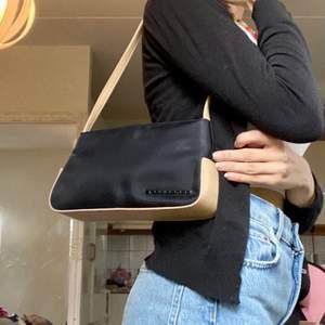 Säljer denna jätte fina väskan med 90-tals stil i märket fiorelli. Den är jätte fin och passar till allt då den är svart med nude detaljer. Säljer för billigt pris då jag behöver bli av med en del kläder💖💖