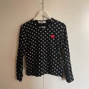 CDG Play tröja i M (Snarare en S). Säljer den då jag inte hinner använda den dessvärre. Möts upp i sthlm (slussen) alternativt fraktar (köpare står för frakten). Priset som anges i annonsen är de som gäller 🌞🌻
