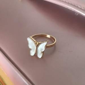 Jättefin ring med fjäril på🦋 17 mm i diameter. Kontakta gärna mig vid frågor😊 frakt kostar 12kr, kan annars mötas i Täby💕 Checka gärna in mina andra annonser med andra ringar.