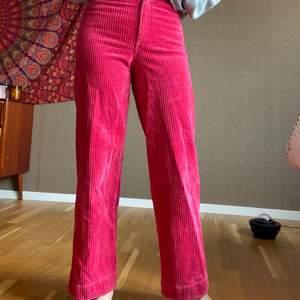 Säljer mina rosa manchesterbyxor!! De är knappt använda och är i superfint skick. Köparen står för frakten 📦 Nypris: 350kr 💗