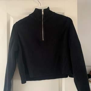Fin svart tröja med dragkedja. Ett grovt stickat material. Köpare står för frakt