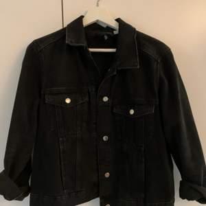En svart jeans jacka från H&M i storlek M. Passar till både xs och s beroende på om man vill ha den lite oversize. Använd många gånger men i mycket gott skick!