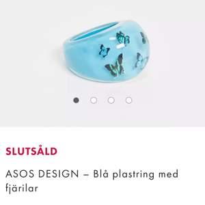Lånad bild från Asos hemsida!🦋                   Chunky ring i plast, köptes från Asos nyligen men som är slutsåld nu. Inte använt då jag redan har en del liknande så bättre om de kommer till användning för någon annan🤗 storleken är L som är 18mm💙 Köparen står för frakt📦