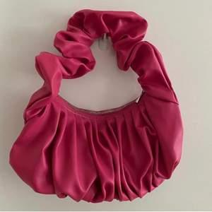 En fin rosa väska, oanvänd och väldigt rymlig väska. Ordinarie pris: 249kr. Frakt kostar 66kr