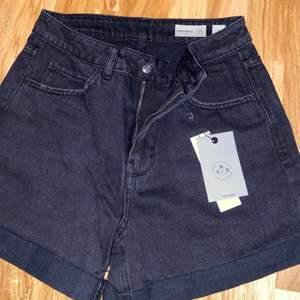 ett par högmidjade svarta jeansshorts från Vero Moda🖤 aldrig använda och prislappen är kvar🥰  frakten ingår i priset💐 nypris 200kr🖤