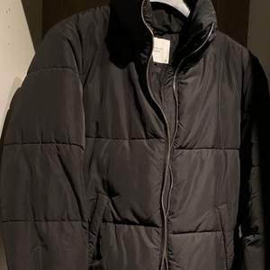 Oanvänd jacka i storlek M. Köptes för 599 och sälj för 150