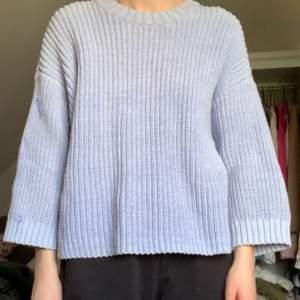 Babyblå stickad tröja från Carin Wester. Har några defekter på ärmen och nacken, men märks inte tydligt. Frakt är inte inkl.