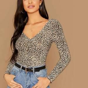 Helt oanvänd åtsittande leopard tröja i storlek M men sitter mer som S.