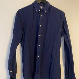 Mörkblå skjorta från J. Lindeberg. I fint skick. Storlek S.