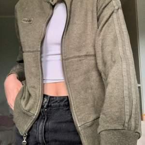 Kofta från Adidas i storlek 38. Jag har 34 ungefär och tycker den passar mig ganska bra, kan skicka fler bilder. Lite nopprig men annars fint skick:)