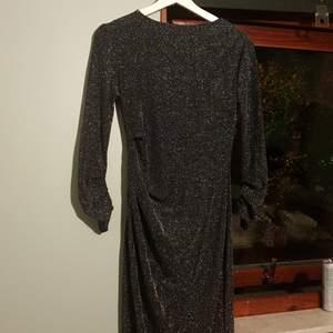 Tight fest klänning ger väldigt fina former använd en gång i storlek xs