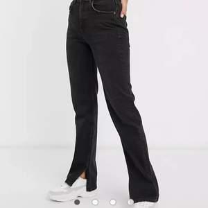 Säljer nu ett par jeans med slits från Pull and Bear pga att de var för små för mig✨ Båda färgerna är slutsålda på hemsidan och jeansen har slits längst ner, båda i storlek 36💕 skriv gärna till mig vid intresse!!🤍 200kr styck