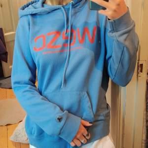 Säljer min blåa WESC hoodie eftersom jag har en liknande redan. Sitter oversize på mig som är en S vilket jag tycker är snyggt. Nypris 400 kronor men säljer billigt pga av att det finns en fläck vid fickan (se bild 2). Dock är det inget man tänker på.