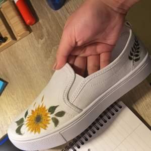Gör motiv på tex skor tröjor jeans etc som du bestämmer, målar tygfärg eller acrylfärg beroende på materialet, kom med en ide så kan vi se om fixar nåt