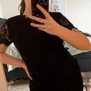 Svart normallång klänning från Zara i storlek L. Spetsärmar och broderad framsida. Jag är 169cm och har främst storlek M och tycker denna sitter som en M. Endast testad och i nyskick. Säljer för 130kr inklusive frakt