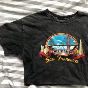 Avklippt tröja från brandy Melville ⚡️⚡️storlek one size (skulle säga att den passar s) frakt ingår 🤍🤍