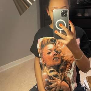 Oversized tröja med tryck på Beyonce. Från märket Stay.