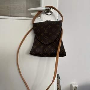 Väldigt fin och sparsamt använd väska! Köpt på humana för 180kr. Kopia! Finns ett kortare band för att hålla i och ett längre att ha över axeln. Buda gärna i kommentarerna! Frakt ingår ej
