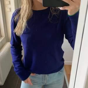 Så fin marinblå finstickad tröja från Paul Smith. Säljer för att den är liten på mig😭💘 Lånad bild från Sofia Storåkers💗