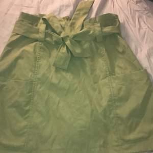 En bech kjol med band, aldrig använd storlek S - M säljer för 55kr