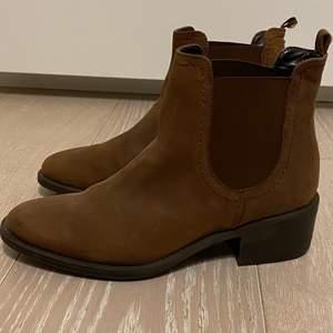 Bruna helt oanvända boots! Storlek 37, ifrån märket Dasia. Dyra i inköp och supersnygga!