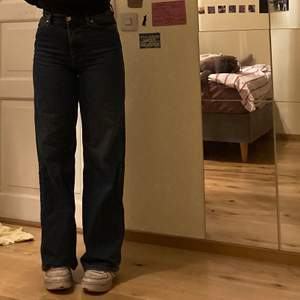 mörkblå jeans från monki. frakt tillkommer på 60kr😌 orginalpris: 400kr