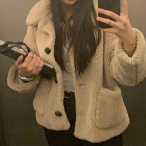 Säljer min fluff jacka från Zara, använd endast ett fåtal gånger! Kontakta mig för fler bilder! 💕