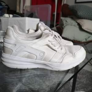 SÄLJS ENDAST I GÖTEBORG. FRAKTAR EJ. Flitigt använda sneakers från skopunkten. Storlek 38. Köpare betalar frakt eller hämtas i Göteborg.