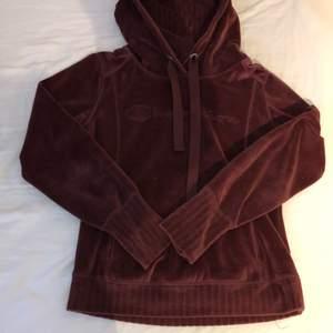 En snygg hoodie från Champion i en rödlila färg. Den har ett superskönt material och är lite mer figursydd❤️