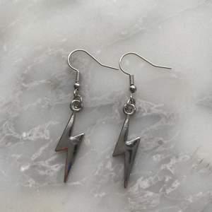 Så fina blixtörhängen! De är nickelfria och blixten är i rostfrittstål! Frakt är 12kr men ingår vid köp av två smycken eller mer!💜