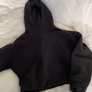Lite kortare hoodie som jag köpte av en bloppis på IG och sedan dess använt några gånger. Lite blekt vid kragen men annars hel och ren. Hör av dig om du har frågor eller är intresserad!!🥰 Se bio för mer info