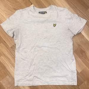 En beige T-shirt från Lyle&Scott. Storlek junior 12-13 men som en XS i storleken. Aldrig använd!