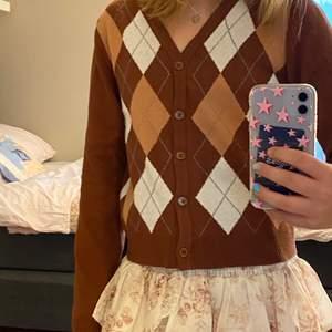 """En SUPER fin tröja från SHEIN. Jag säljer den fina tröjan för att jag inte tycker den kommer till användning. Har inte direkt något matchande till den tröjan. Önska jag kunde använda den eftersom den är i ett fint skick och super fin och skön. Jag köpte denna för ungefär mindre än 1 år tillbaka.  Den skulle kunna användas för äldre tjejer om man vill ha den mer som en """"magtröja"""". Ärmarna är ganska långa, men annars väldigt fin och oanvänd. Hör av er vid intresse 🤎"""