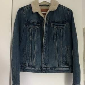 Fodrad jeansjacka från Lewis, helt ny!!  Nypris 1500kr. Det står L i, men passar perfekt på mig som brukar ha S. Köparen står för frakt, 66kr.