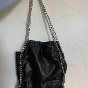 Säljer dena snygga handväska ifrån tiamo för den inte har kommit till användning längre, väskan är i bra skick då den har används ett fåtal gånger, köparen står för frakt😊 originalproduktioner är 550kr
