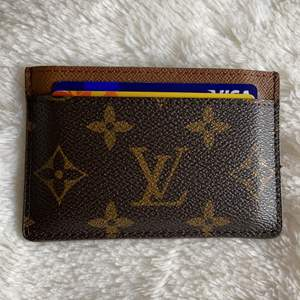 Intressekoll på min fina korthållare från Louis Vuitton. Osäker på äkthet då jag köpte den av en säljare på Plick för ca 1 år sen. Har kollat runt på Louis Vuittons hemsida tex och korthållarna för är identiska med min. Skriv ett meddelande om du har frågor eller är intresserad :)