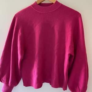 Rosa tröja med lite puffiga armar, väldigt bra skick.