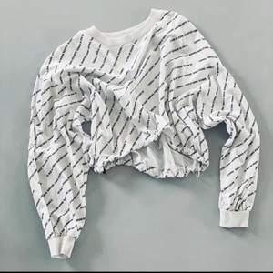 Sweatshirt från Ginatricot. Nypris 250kr. Säljer då den aldrig kommer till användning. Fint skick. Köparen står för frakten.